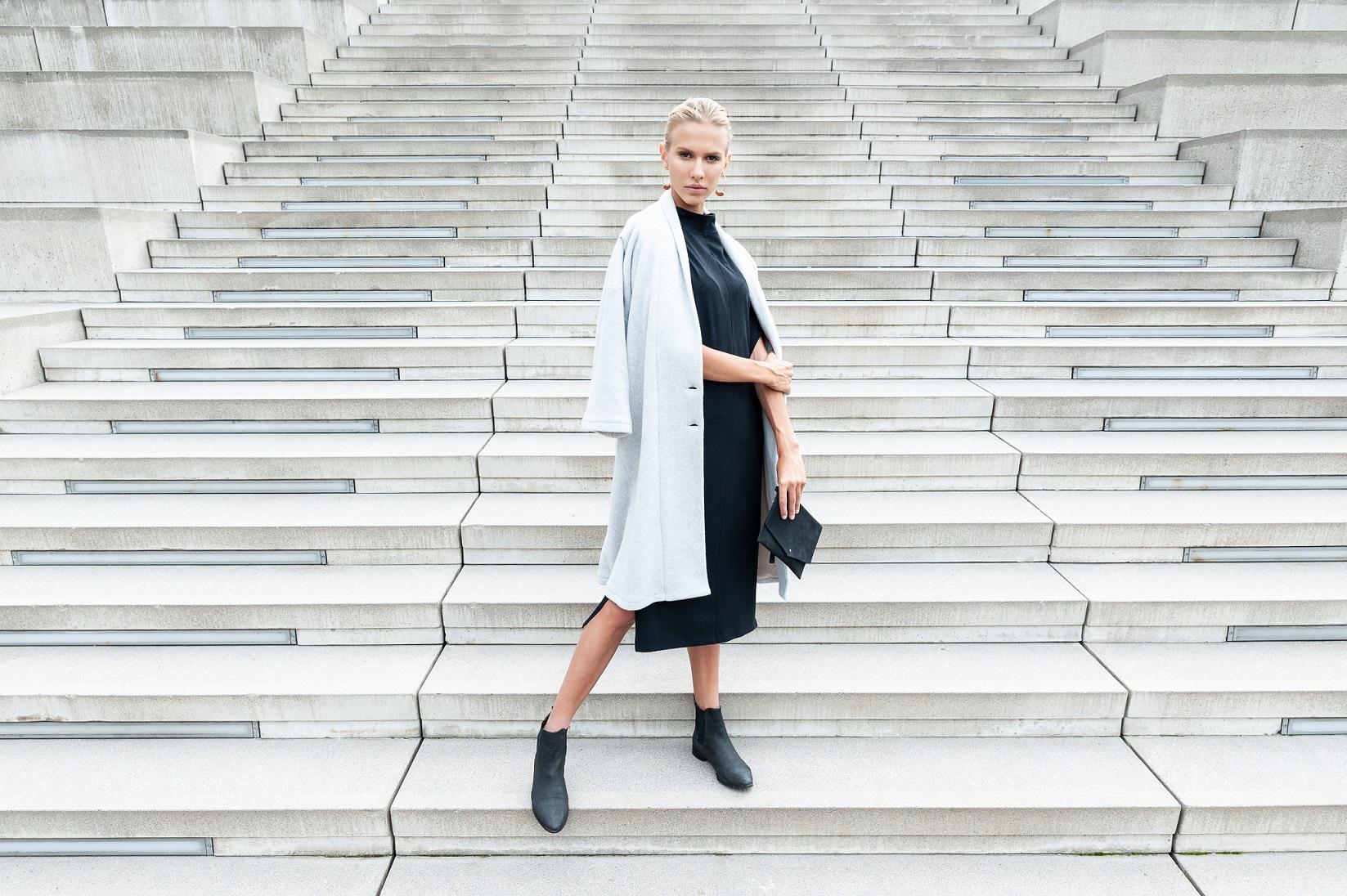 Eileen-Coat-Dusty-Grey-Yoko-Dress-black_Anastasija-Baskakova-14aNKH11jpafD4